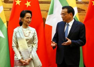 Myanmar State Counsellor Aung San Suu Kyi (L) and Chinese Premier Li Keqiang (R) talk during a signing of agreements ceremony at the Great Hall of the People in Beijing, China, 18 August 2016. REUTERS/Rolex Dela Pena/Pool